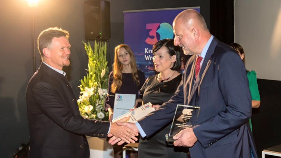 Bogusław Szlachetko odbiera nagrodę 30 kreatywnych Wrocławia z rąk Prezydenta Wrocławia